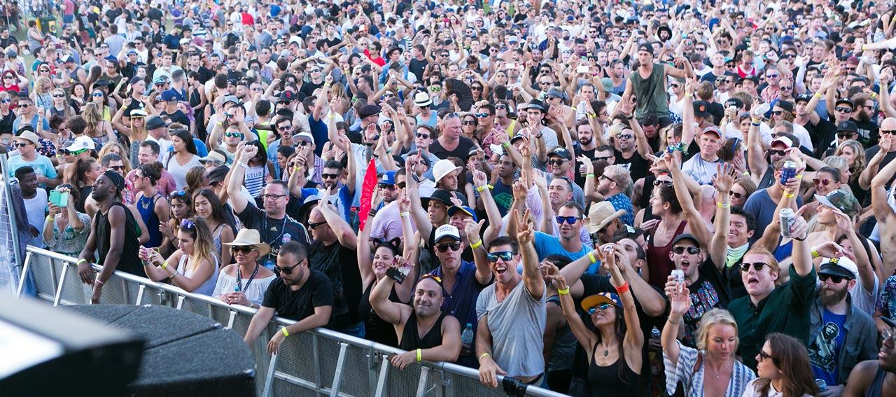 t1000-slides-1280x567-crowd-20272